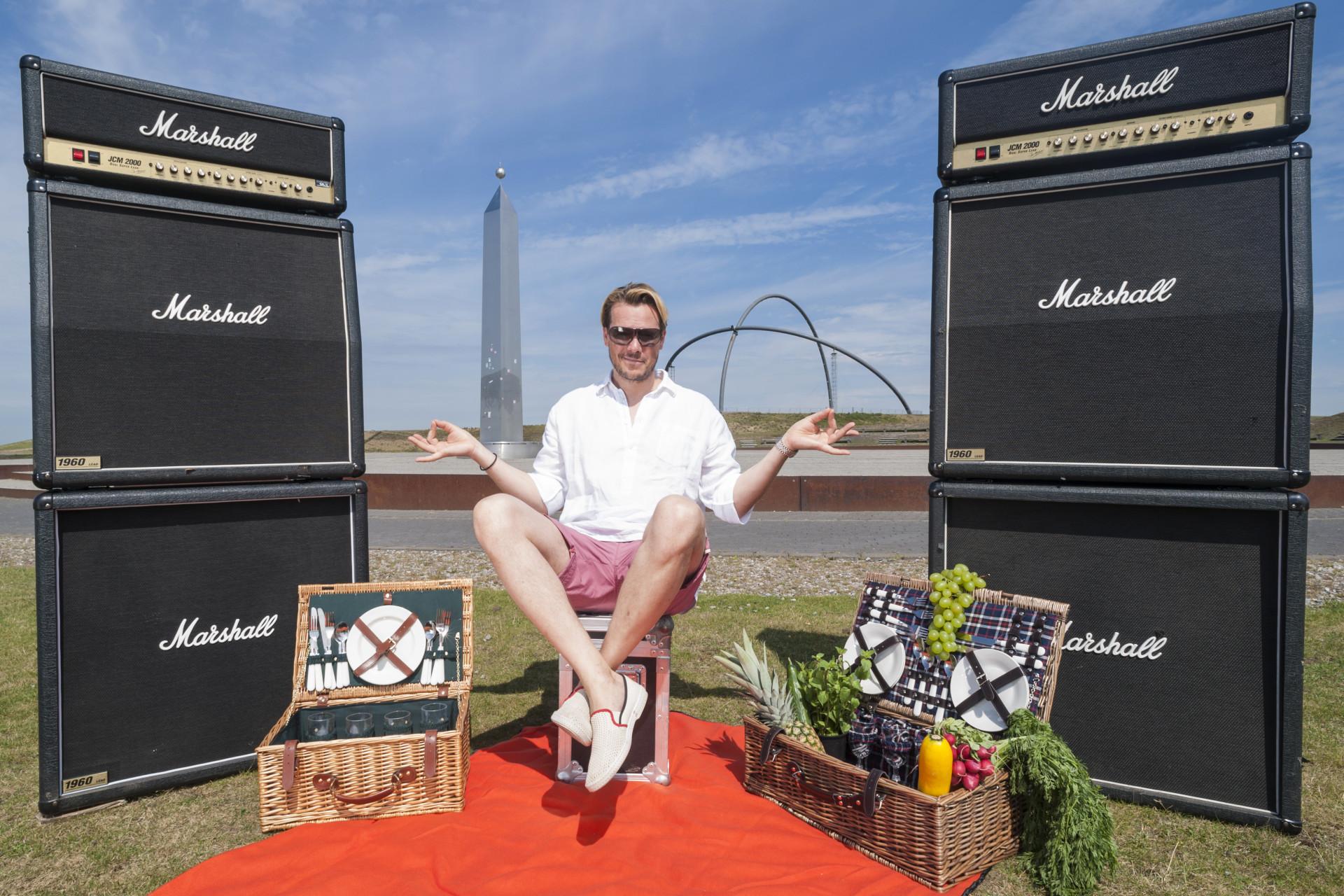 """Pressefoto für die Veranstaltungsreihe """"Unter freiem Himmel"""": SunsetPicknick Emscher Landschaftspark mit DJ Phil Fuldner."""