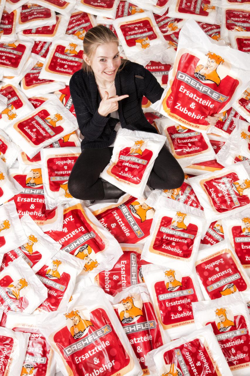 Portrait einer Mitarbeiterin mit Produkten