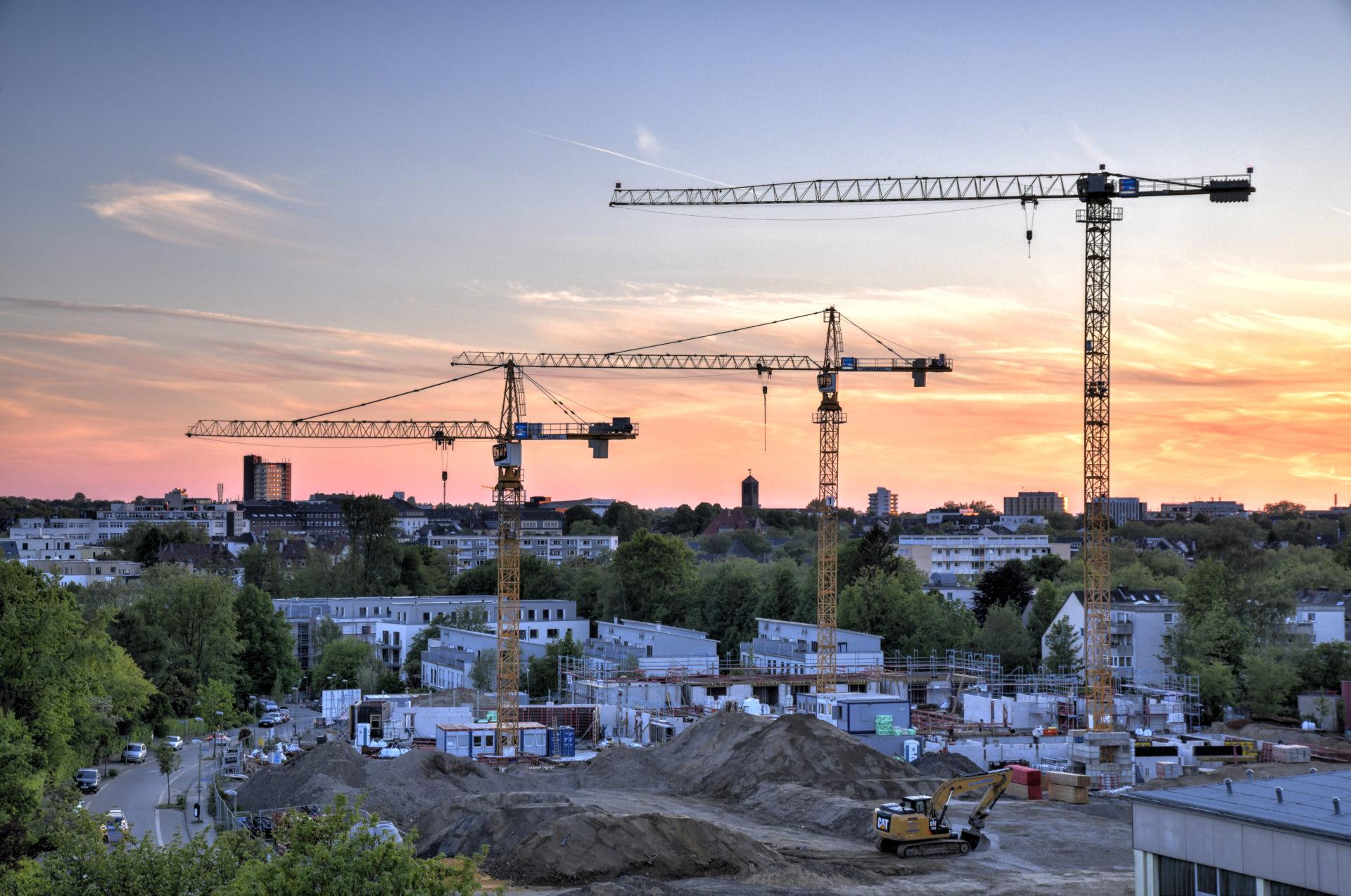 Bauboom by Night. Übersichtaufnahme von einer Baustelle zur blauen Stunde